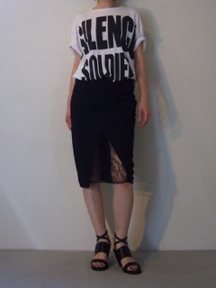 T-shirt【HAIDER ACKERMANN】Skirt【A.F.VANDEVORST】Shoes【A.F.VANDEVORST】